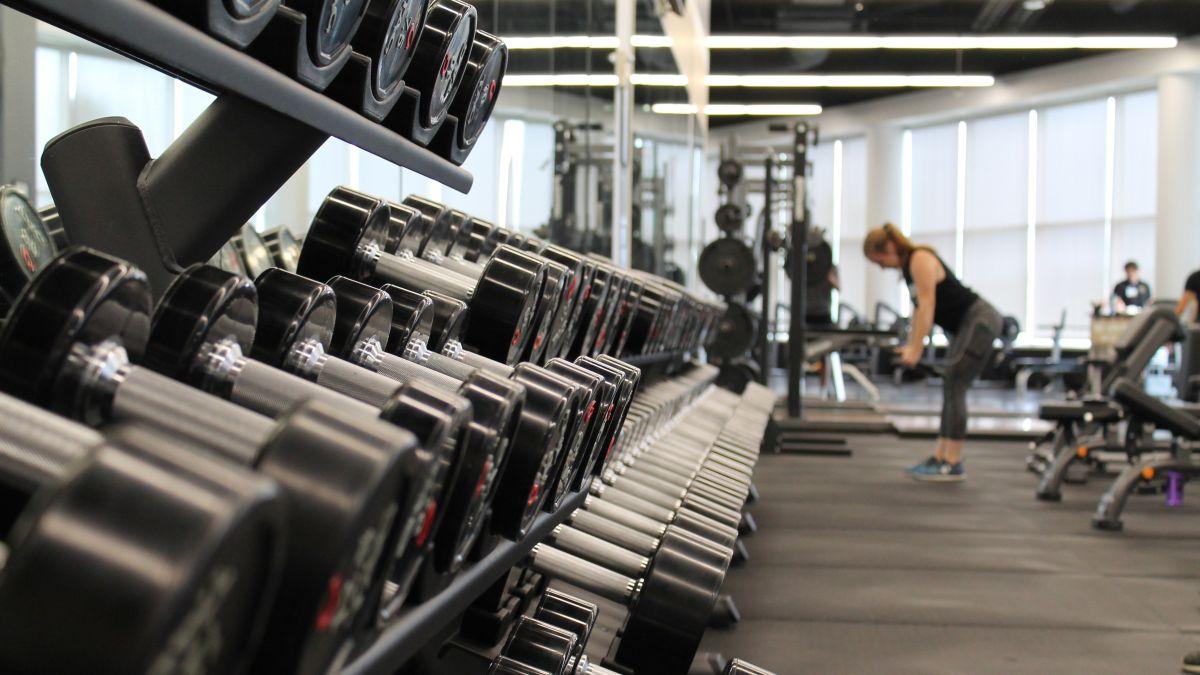 Pembukaan kembali gym: aturan baru untuk latihan gym, dari dokter, PT, dan pakar kebugaran