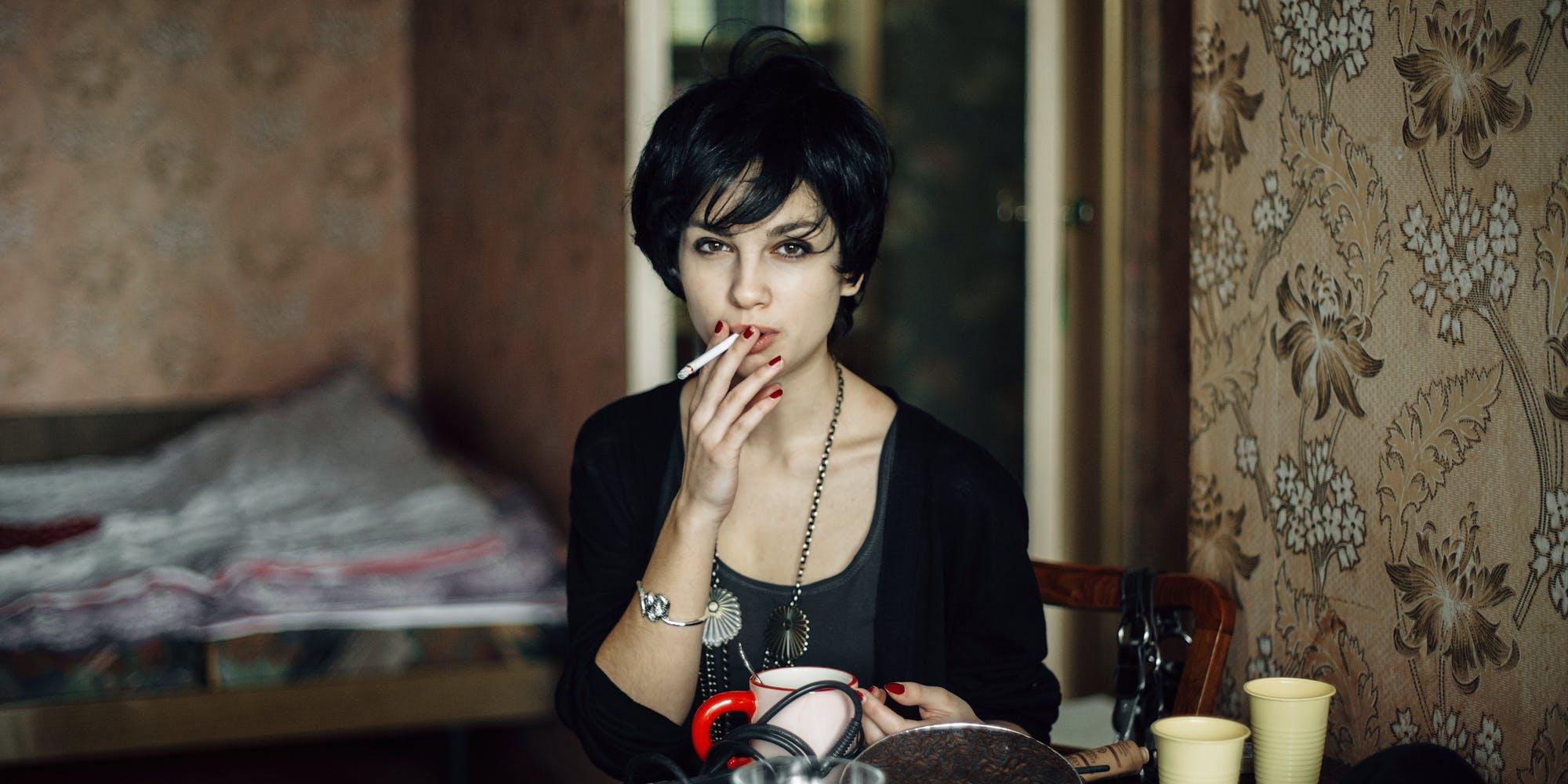 Studi: Wanita Merokok Lebih Sedikit Tapi Lebih Banyak Rokok