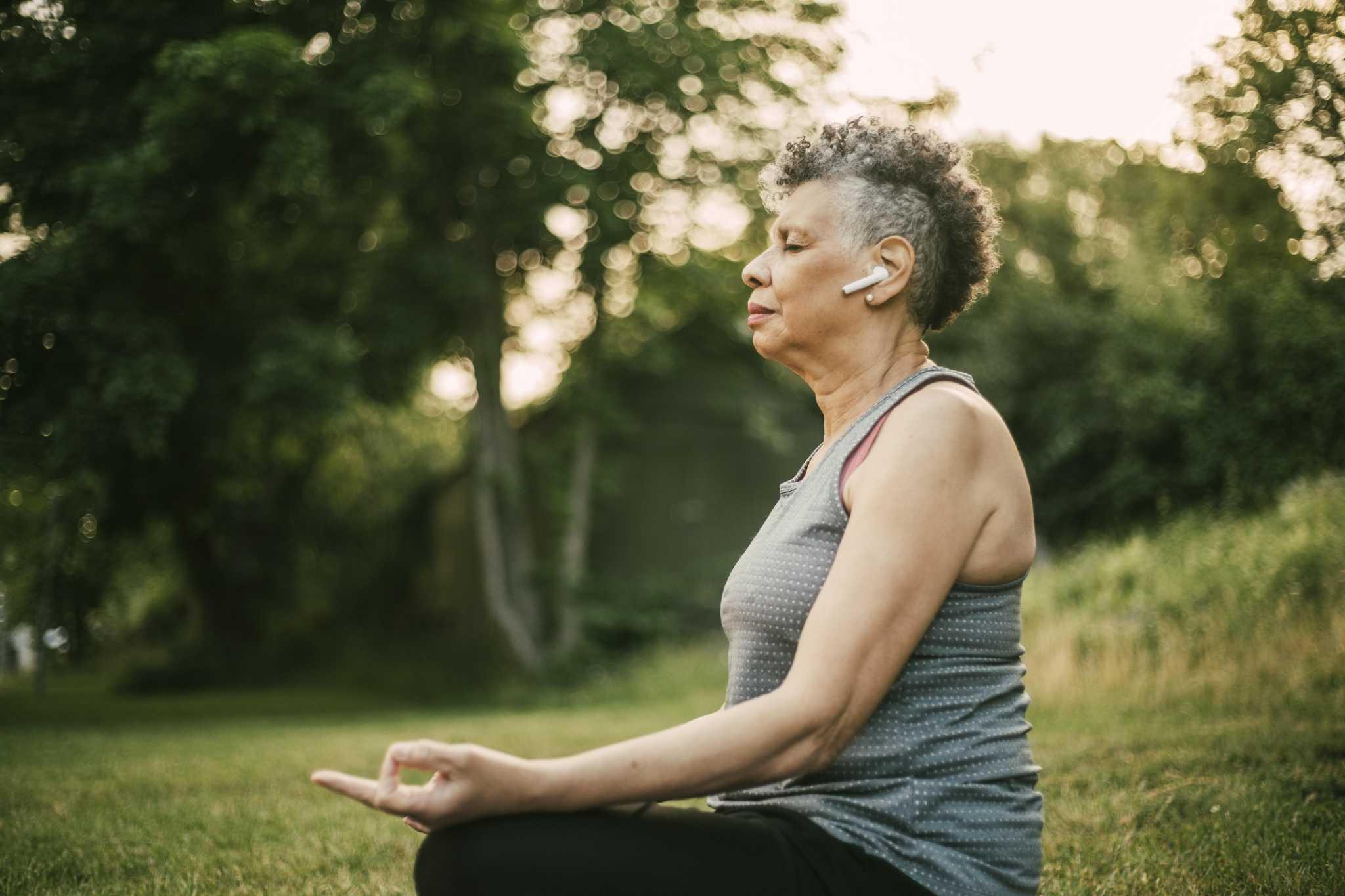 2021 banyak. Cobalah meditasi ini untuk membantu Anda tetap membumi.